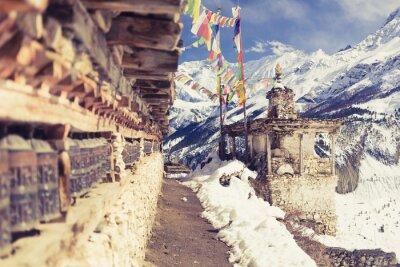 Фотообои Молитвенные колеса в высоких горах Гималаев, деревня Непал, туризм путешествия