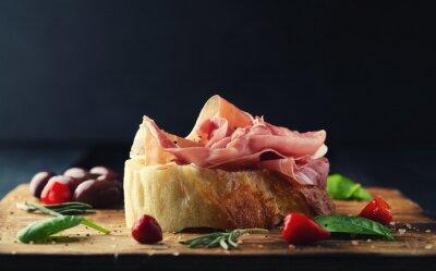 Фотообои Прошутто с хлеба на деревянной доске с оливками