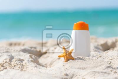 Фотообои Защитный солнцезащитный крем или крем для загара и солнечных ванн в белых пластиковых бутылках с сандалиями на тропическом пляже, летние аксессуары в отпуске, копией пространства. Летняя концепция