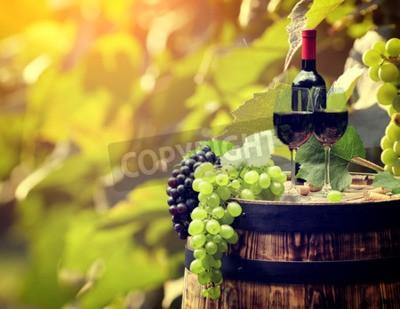 Фотообои Красная бутылка вина и бокал на Wodden баррель.