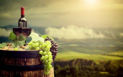 Фотообои Красное вино бутылка и бокал на Wodden баррель. Италия