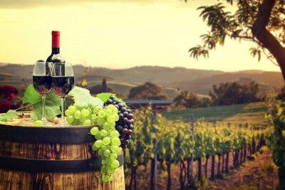 Фотообои Красное вино с барреля на винограднике в зеленой Тосканы