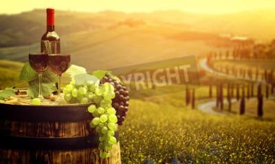 Фотообои Красное вино с барреля на винограднике в зеленой Тоскане, Италия