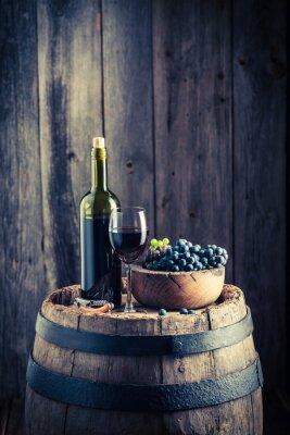 Фотообои Красное вино со свежим виноградом на старой бочке