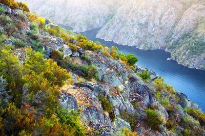 Фотообои река с высокими скалистыми банками