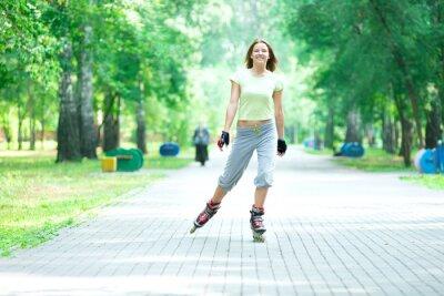 Фотообои Ролики спортивный девушка в парке на роликах кататься на коньках на инлайн