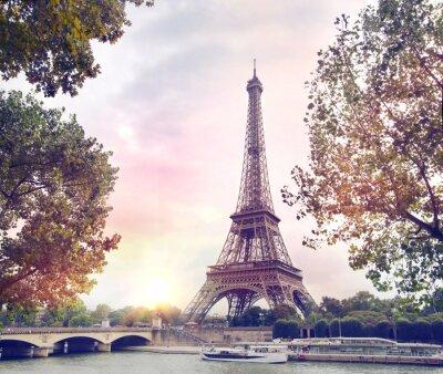 Фотообои Романтический фон заката. Эйфелева башня с лодки на реке Сена в Париже, Франция.