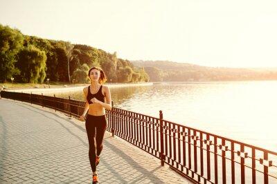 Фотообои Запуск женщина. Бегун бег в солнечный яркий свет. Женский развлечений:
