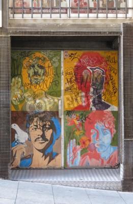 Фотообои SALAMANCA, ИСПАНИЯ - CIRCA ИЮНЬ 2015: портреты поп-арта Битлз Ричарда Аведона (1967), воспроизведенные на дверях ночного клуба, с граффити