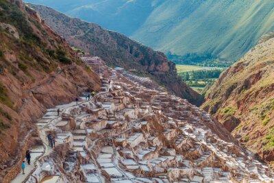 Фотообои САЛИНАС, ПЕРУ - 21 мая, 2015: Туристы посещают сковородки добычи соли (Salinas) в Священной долине инков, Перу
