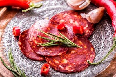 Фотообои Колбаса чоризо. Испанский традиционный чоризо колбаса, со свежей зеленью, чесноком, перцем и перцем чили. Традиционная кухня.
