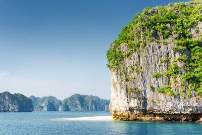 Фотообои Живописный карстовые башни-островок и белый дикий пляж в Ha Long Bay