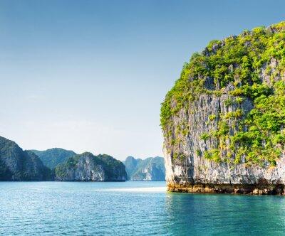 Фотообои Живописный карстовые башни-островок в заливе Халонг, Вьетнам