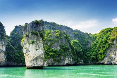 Фотообои Живописный вид на каменный столб и карстовых островов в заливе Халонг