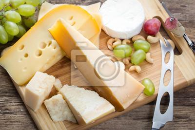 Фотообои Набор различных сыров с виноградом на деревянном фоне