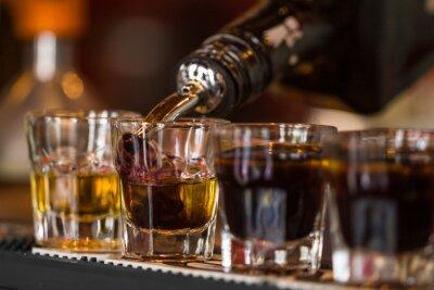 Фотообои Отношение с виски и liqquor в коктейль-баре