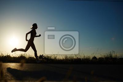 Фотообои Силуэт спортивная девушка бежала по дороге к заката