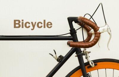 Фотообои Некоторые из старого велосипеда на белой стене со словом на пространстве левая сторона.
