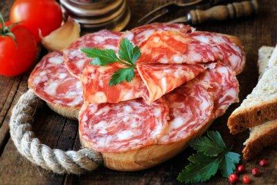 Фотообои Испанские тапас - нарезанный Саламе на деревенском деревянной разделочной доской с хлебом и помидорами