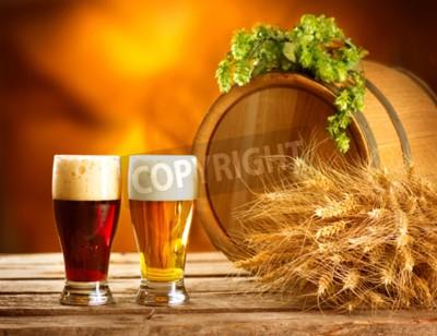 Фотообои Натюрморт композиция с Урожай баррель пива и два стакана темного и светлого пива. Свежий концепт янтарного пива. Зеленые мозолей хмеля и пшеницы на деревянный стол. Ингредиенты для пивоварения. Пивова