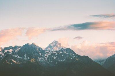 Фотообои Sunset Mountains пики и облака Пейзаж Летние путешествия дикой природы сценического с высоты птичьего полета.