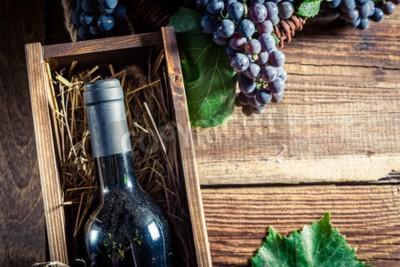 Фотообои Вкусное красное вино в деревянной коробке