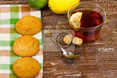 Чай лимонный и овсяное печенье на столе