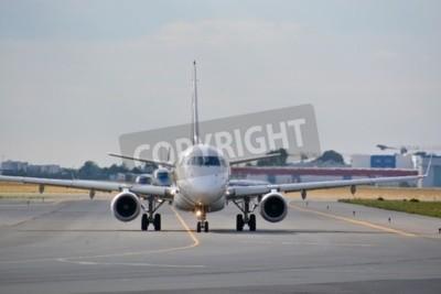 Фотообои Это вид LOT Polish Airlines Embraer ERJ 170 самолет зарегистрирован в качестве ИП-ЛДУ в аэропорту Варшавы имени Фредерика Шопена. 30 июля 2015 года в Варшаве, Польша.