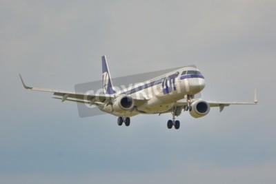 Фотообои Это вид LOT Polish Airlines Embraer ERJ 195 самолет зарегистрирован как SP-LNA на варшавского аэропорта имени Шопена. 16 сентября 2015.