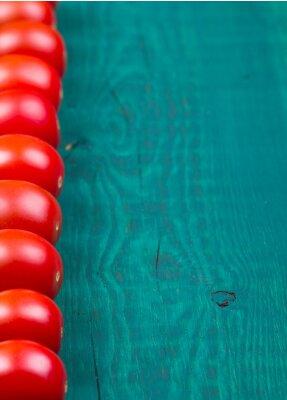 Помидоры на деревянный стол