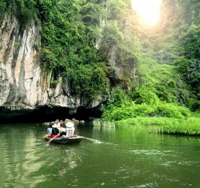 Фотообои Туристический катер самым популярным местом во Вьетнаме.