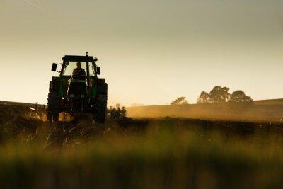 Фотообои Трактор в закате вспашки поле