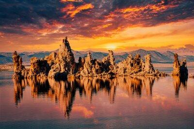Фотообои Tuffstein im Mono Lake mit Wolken und Spiegelung in Kalifornien bei Sonnenuntergang