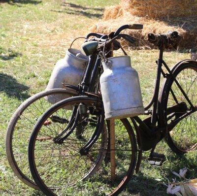 Фотообои два древних ржавые велосипеды для перевозки молока в бункере