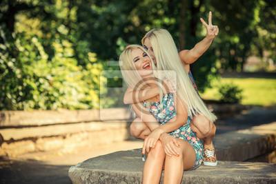 Веселая блондинка весело сосет каждого