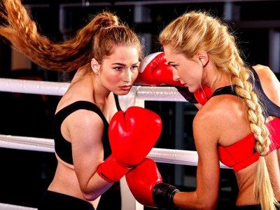 Фотообои Две женщины боксер носить красные перчатки на поле в кольце. Боевые искусства.