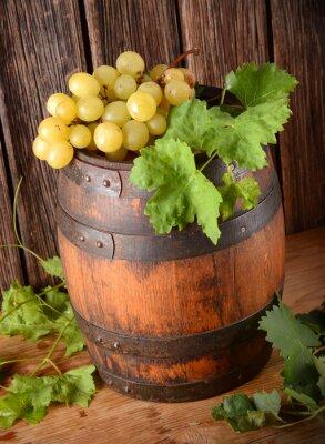 Фотообои vecchia botte di vino con grappolo di uva