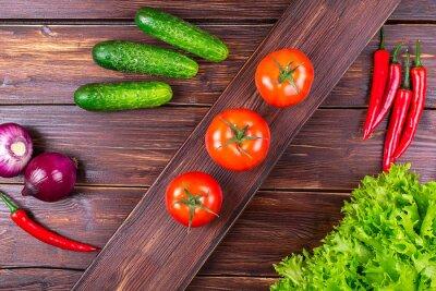 овощи свежие на старых досок
