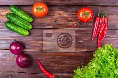 овощи на старой таблицы: помидоры, огурцы, перец, лук, листья салата