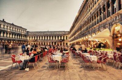 Фотообои Венеция, Италия - 23 марта 2014 года: туристы пользуются кафе на площади Сан-