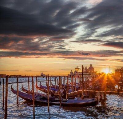 Фотообои Венеция с гондолами против красочный закат в Италии