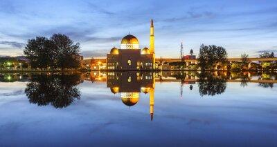 Фотообои Просмотр и отражение мечети Assalam синий час. Изображение имеет зерно или размыто или шума и мягкий фокус, когда просмотр в полном разрешении. (Неглубоко ФО, небольшое размытие движения)