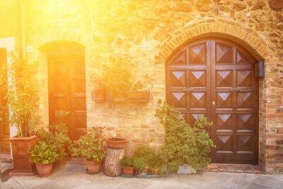 Фотообои Вид древнего старого европейского города. Улица Пиенца, Италия с деревянными дверями. Солнечный фон путешествия.