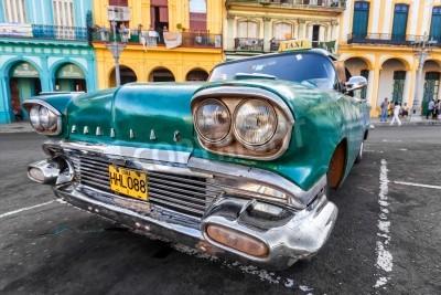Фотообои Винтажный автомобиль в красочном районе в Гаване