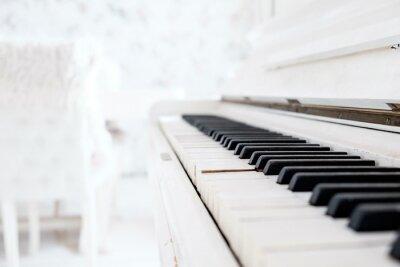 Фотообои Белый старинных фортепиано в белой комнате