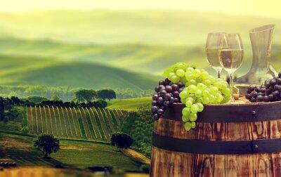 Фотообои Белая бутылка вина и бокал вина на Wodden баррель. Красивые Тус