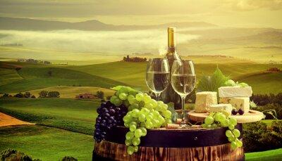 Фотообои Белое вино с барреля на винограднике в Кьянти, Тоскана, Италия