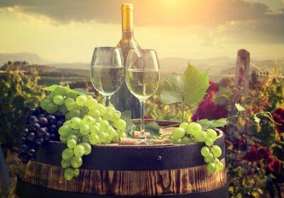 Фотообои Белое вино с барреля на виноградник в Тоскане, Италия