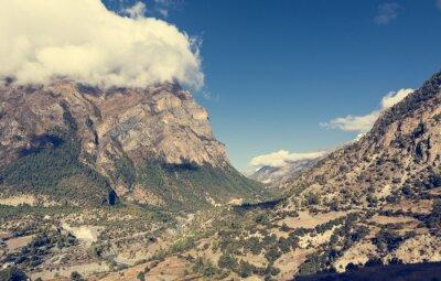 Фотообои Широкая горная долина с река течет через.