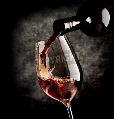 Фотообои Вино заливки в бокале на черном фоне